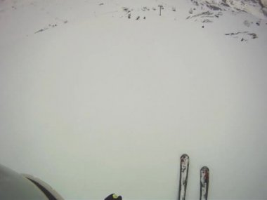 Skier going downhill  with camera on his helmet — Vidéo