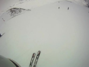 Skier going downhill  with camera on his helmet — Vídeo stock