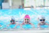 Happy children at swimming pool — Stockfoto