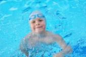 Retrato de joven en piscina — Foto de Stock