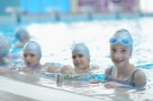 Happy kids at swimming pool — Stock Photo