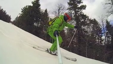 Ski sport, man going downhill with camera — Vidéo