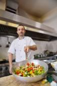 Kocken att göra sallad — Stockfoto