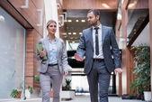 Business man and woman walking — Stockfoto