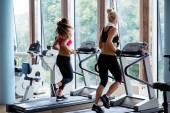 Vrienden uitoefenen op een loopband op sportschool — Stockfoto