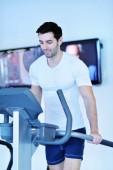 Uomo che funziona sulla allenate — Foto Stock