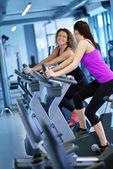 Frauen trainieren bei Fitness-Zyklus — Stockfoto