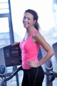 Woman exercising on treadmill in gym — Stock fotografie