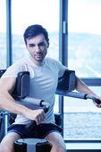 Spor salonunda çalışma dışarı adam — Stok fotoğraf