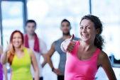 Groupe de personnes à la salle de gym — Photo