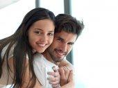 Entspanntes junges Paar zu Hause — Stockfoto