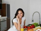 Jovem mulher cozinhando na cozinha — Fotografia Stock
