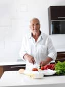 Man cooking at home preparing salad — Stockfoto