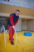 Trabalhador, instalando o sistema de aquecimento piso radiante — Fotografia Stock