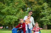 Heureux jeune famille dans le parc — Photo
