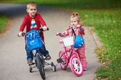 Garçon et fille avec des vélos — Photo