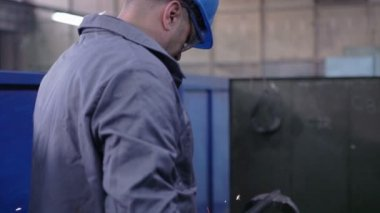 Welder at work in metal industry — Stock Video
