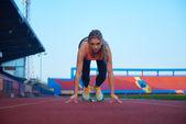 Kadın sprinter başlayan blok bırakarak — Stok fotoğraf