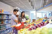 Pár nakupování v supermarketu — Stock fotografie