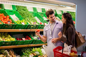 Couple shopping in a supermarket — Stock Photo