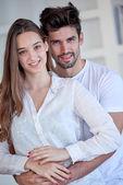 Romantisch paar plezier hebben en ontspannen thuis — Stockfoto
