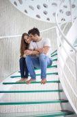 放松对年轻的夫妇在家里 — 图库照片