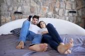 Casal relaxa na cama — Fotografia Stock