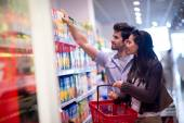 Acquisto in un supermercato delle coppie — Foto Stock