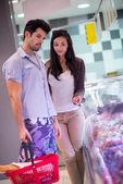 Para zakupy w supermarkecie — Zdjęcie stockowe