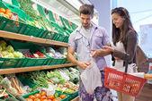 Paar winkelen in een supermarkt — Stockfoto