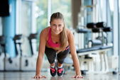 Woman doing some push ups at the gym — Stock Photo