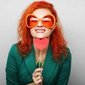 Donna che tiene un cuore di partito e vetri. — Foto Stock