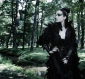 Dark Queen in park — Stock Photo