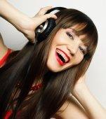 Glad ung kvinna med hörlurar — Stockfoto