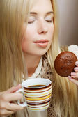 Woman with coffee and cookies — ストック写真