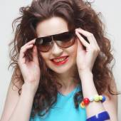 Young surprised woman wearing sunglasses. — Stock Photo