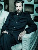 肘掛け椅子に座っている実業家 — ストック写真