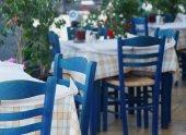 Blå stolar på ett grekiskt café på Zakynthos — Stockfoto
