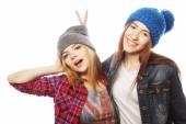 Twee jonge vriendinnen plezier. — Stockfoto