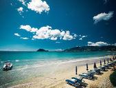 Sunchairs with  umbrellas on beautiful  beach — Stock fotografie