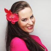 髪の毛にピンクの花を持つ幸せな女 — ストック写真