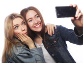 Two smiling teenagers taking picture — Fotografia Stock