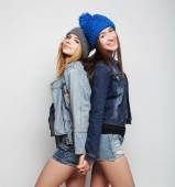 Two young girl hipster friends standing together — Foto de Stock