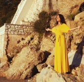 Woman with long yellow dress posing outdoor — Stock Photo