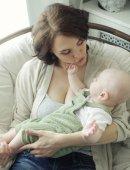 Gelukkig jonge moeder met baby — Stockfoto
