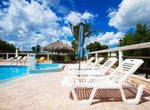 Strand stoelen kant zwembad — Stockfoto