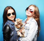 Two teenage sisters with Yorkshire Terrier — Stockfoto