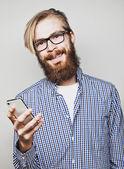 Junger bärtiger Mann mit Handy — Stockfoto