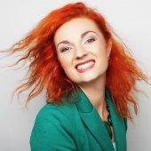 幸せな笑顔を持つ若い美しい女性 — ストック写真
