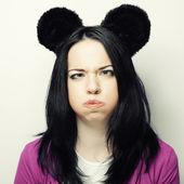 удивлен молодая женщина с ушами мыши — Стоковое фото